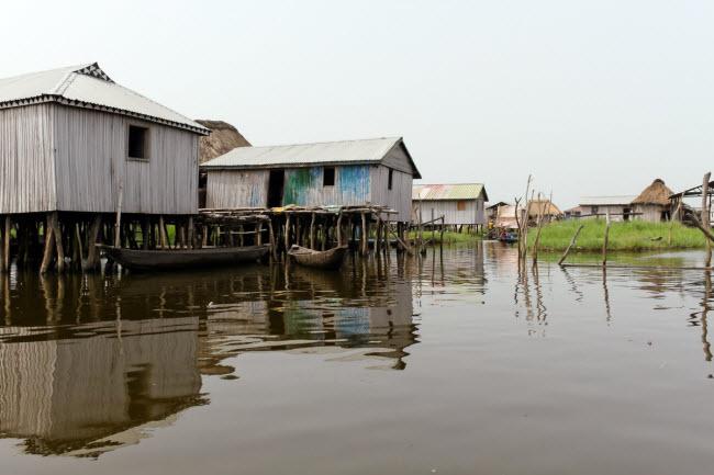 Ngôi làng Ganvie nằm cách xa bờ, nên người dân kiếm sống bằng nghề đánh bắt cá.