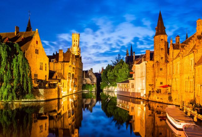 Bruges, Bỉ: Thành phố này nổi tiếng với công trình kiến trúc từ thời Trung Cổ, đường phố lát đá cuội và hệ thống kênh dày đặc.