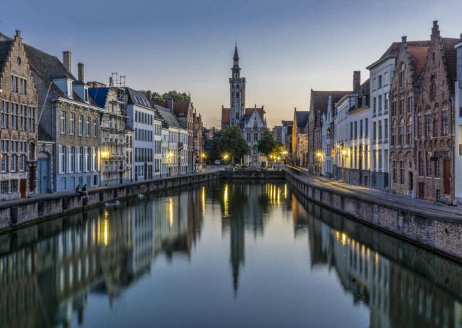 Các con kênh chạy qua trung tâm thành phố Bruges và được UNESCO công nhận là di sản thế giới.