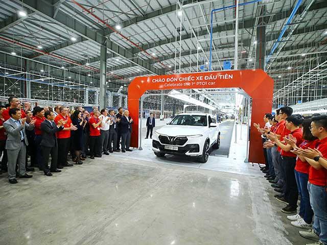 """VinFast xuất xưởng chiếc xe """"made in VietNam"""" đầu tiên, chính thức lăn bánh trên đường phố"""