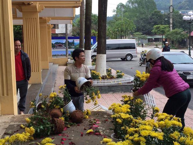 Lạng Sơn: Phản cảm cảnh 'tranh cướp' hoa trang trí ở ga Đồng Đăng - 1