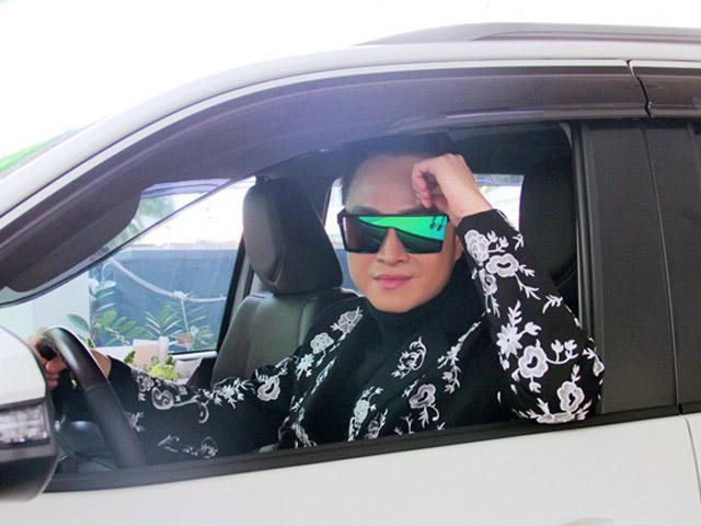 Nhật Tinh Anh ngủ 2 tiếng mỗi ngày, thay đồ trên xe để chạy show