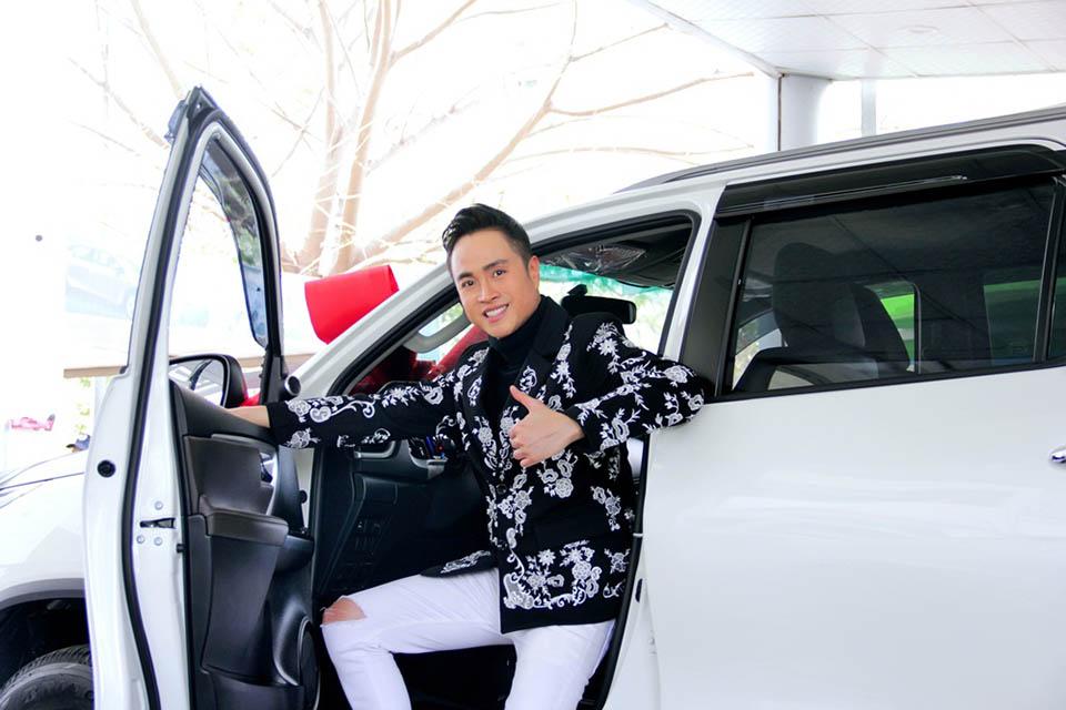 Nhật Tinh Anh ngủ 2 tiếng mỗi ngày, thay đồ trên xe để chạy show - 1