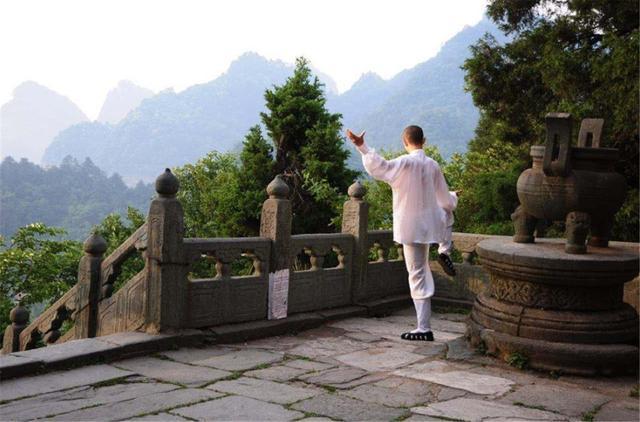 """Ngọn núi """"kiếm tiền"""" nhiều nhất Trung Quốc, vé gần 1 triệu du khách vẫn không chê đắt - 1"""