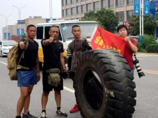 Lý do gì khiến dân du lịch bụi rủ nhau đẩy bánh xe 80kg đến Tây Tạng