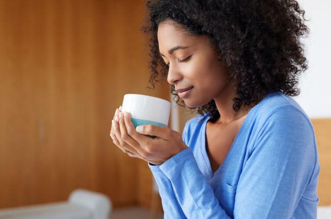 Tiêu thụ quá nhiều caffeine: Caffeine có thể giúp tăng cường khả năng trao đổi chất vào buổi sáng, nhưng nếu bạn uống quá nhiều cà phê trong cả ngày, nó sẽ làm giảm cảm giác thèm ăn. Điều này dẫn tới bạn ăn nhiều hơn vào bữa cuối ngày, khiến cơ thể tích nhiều mỡ.