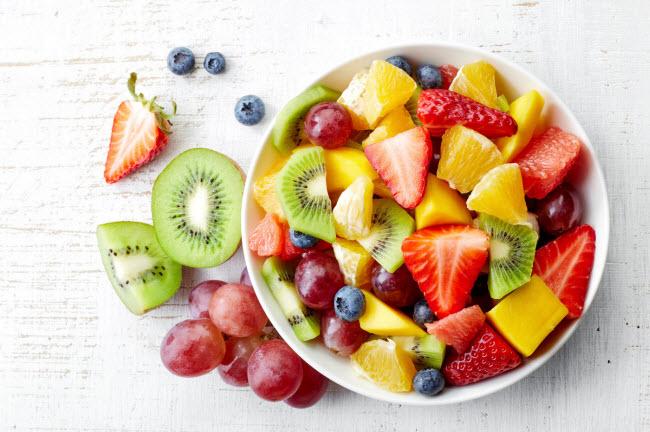 Không ăn trái cây: Độc tố trong cơ thể khiến quá trình trao đổi chất trở nên chậm chạp. Chất pectin trong các loại trái cây có thể giúp cơ thể giải độc và chuyển hóa thức ăn tốt hơn. Các loại trái cây nên ăn là táo, cam và đào.