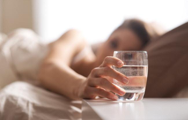 Không uống nướcvào buổi sáng: Quá trình trao đổi chất của cơ thể chậm lại trong lúc chúng ta ngủ. Để chức năng này hoạt động bình thường trở lại, bạn nên uống nước sau khi thức giấc vào buổi sáng.