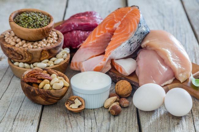 Protein: Chất này giúp cơ thể no lâu, kích thích đốt cháy calo sau khi ăn và giúp cơ săn chắc.