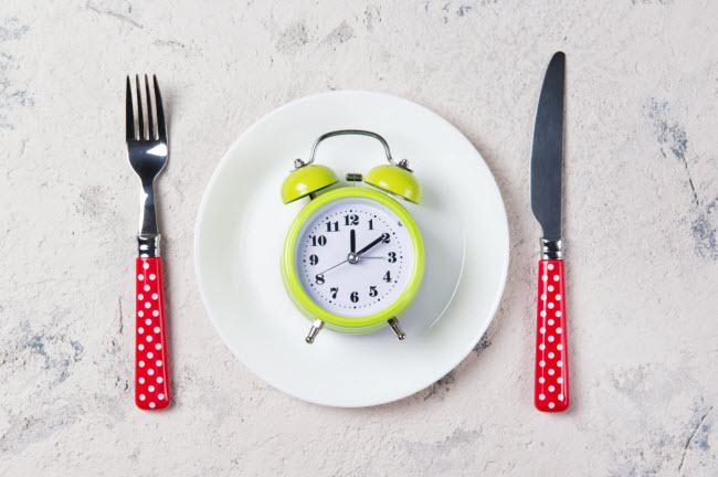 Ăn uống thiếu khoa học: Hãy chia lượng calo tiêu thụ trong các bữa ăn. Các nhà khoa học tin rằng việc ăn uống khoa học giúp cơ thể đốt cháy nhiều calo hơn.