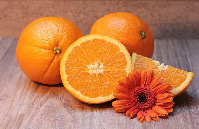 3.Trái cây có múi ngoài mùi hương dễ chịu, chúng còn chứa nhiều vitamin C và đường. Những thứ này giúp cơ thể luôn tỉnh táo và bùng nổ năng lượng trong thời gian dài. Đặc biệt, loại đường trong cam quýt không có mức glucose nhiều như kẹo nên mọi người ăn nhiều sẽ tốt cho sức khỏe.