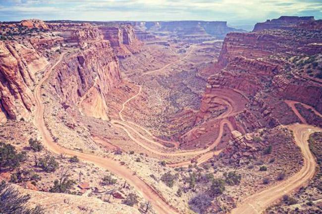Đường White Rim, Công viên quốc gia Canyonlands, Utah: Canyonlands được biết đến với con đường White Rim dài 100 dặm đầy những khúc cua và dốc thẳng đứng rất đáng sợ.