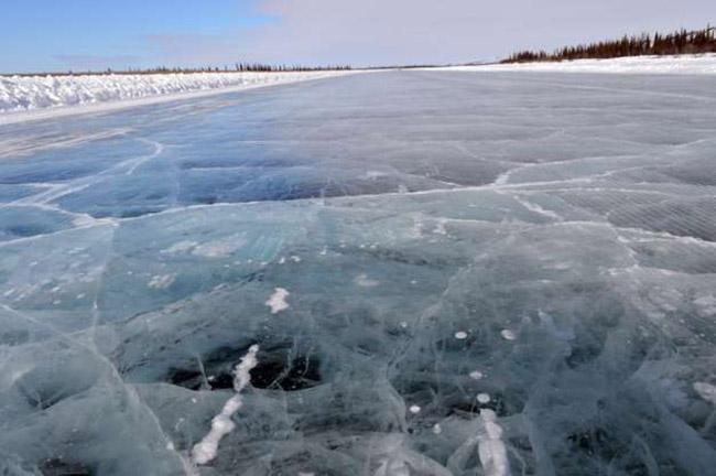 """Đường Tuktoyaktuk, Canada: Con đường này được mệnh danh là """"con đường đến Bờ biển Bắc cực của Canada"""". Nó uốn lượn qua rất nhiều khu vực đóng băng của hồ và sông."""