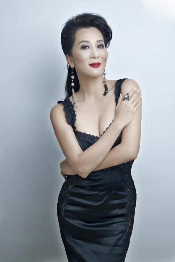 53 tuổi, MC Nguyễn Cao Kỳ Duyên tự tin mặc áo tắm lệch vai - 1