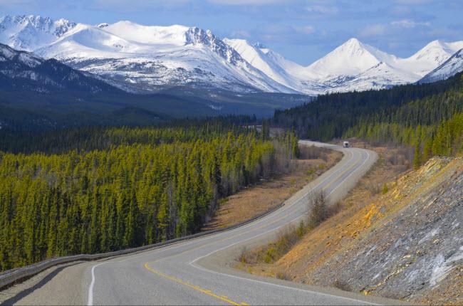 Alaska, Mỹ: Từ năm 1976, Alaska đã thành lập một quỹ riêng để chi trả cho người dân sống ở đây. Quỹ này được lấy từ ngành công nghiệp khí đốt và dầu mỏ của bang. Mỗi người dân ở Alaska nhận được khoản trợ cấp trung bình 1.250 USD/năm.