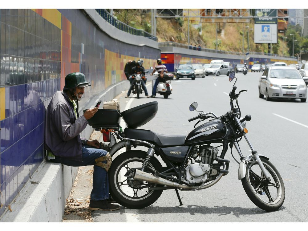 Venezuela chìm trong bóng tối: Cao tốc thành nơi thu sóng điện thoại - 1