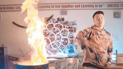 Nam rapper đốt sách học trò Hà Nội - Amsterdam từng ngông cuồng ra sao? - 1