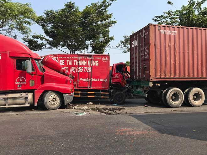 Ớn lạnh với hiện trường vụ tai nạn xe tải bị kẹp giữa 2 xe container - 1
