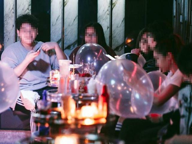 Bóng cười tràn ngập quán bar ở phố cổ Hà Nội