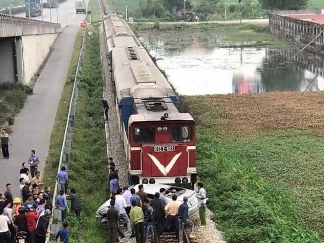 Tin mới vụ tàu hoả kéo lê ô tô trên đường ray, khiến nhiều người thương vong
