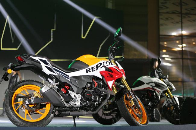 Cùng với việc tung ra dòng xe môtô chồm lỡ Honda CB190SS mang phong cách Neo Sport Cafe, Honda Trung Quốc cũng ra mắt mẫu xe mang phong cách chiến binh đường phố 2019 Honda CB190R. Ảnh 2019 Honda CB190R bản Repsol mới ra mắt tại Trung Quốc.