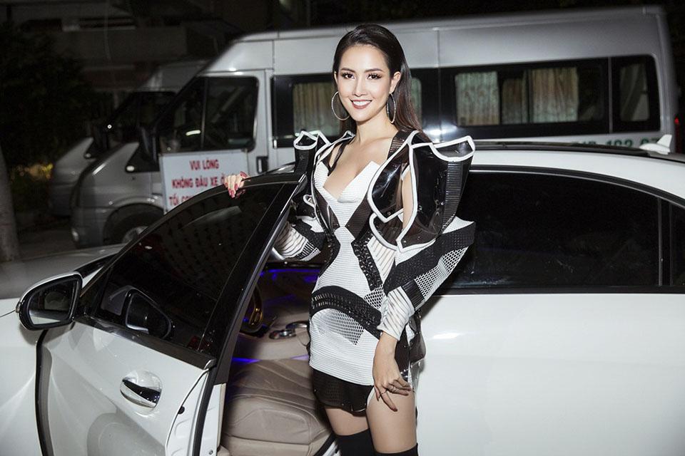 Hoa hậu quê Tiền Giang tự lái xe 4,5 tỷ đi chấm thi - 1