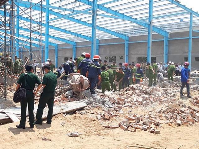"""Sập bức tường """"khủng"""" ở Vĩnh Long, 5 người tử vong"""