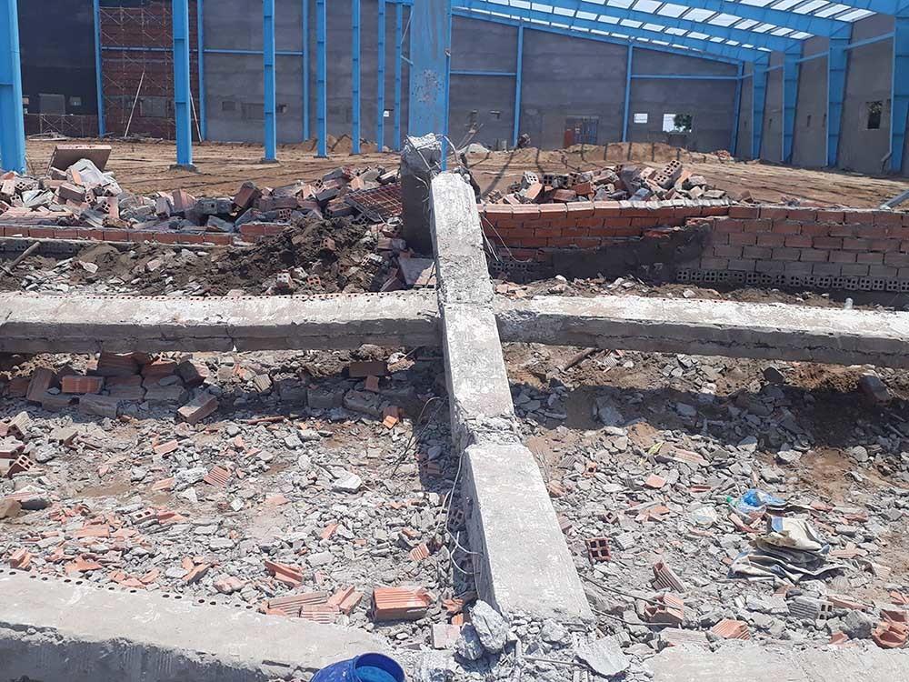 """Sập bức tường """"khủng"""" ở Vĩnh Long, 5 người tử vong - 1"""