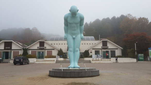 """Chủ tịch TP.Huế nói về đặt tượng """"Người đàn ông cúi đầu"""" Hàn Quốc - 1"""