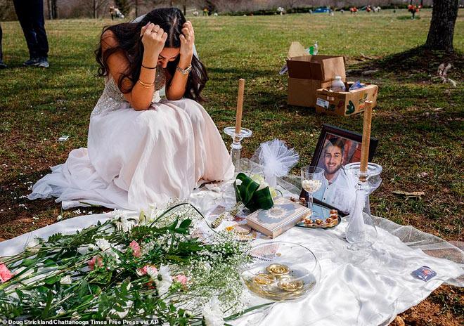 Cô dâu trẻ mặc váy cưới đến thăm hôn thê tại nghĩa trang - 1