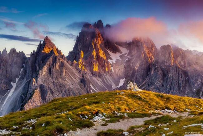 1. Dãy núi Dolomite: Được hình thành từ đá có niên đại cách đây vài trăm triệu năm, dãy núi Dolomite là một di sản thế giới của UNESCO. Khu vực bao gồm vường quốc gia Dolomiti Bellunesi và Dolomiti d'Ampezzo của Italia.