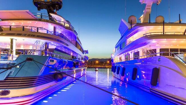 Du thuyền. Theo Forbes, một chiếc du thuyền dài 170 feet có thể có giá tới 50 triệu USD (~1.159 tỷ VND) và cần ít nhất 5.000USD (~115 triệu VND) một ngày để vận hành.