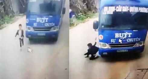 Thót tim cảnh bé trai thoát chết thần kỳ nhờ cú bẻ lái của tài xế xe buýt - 1
