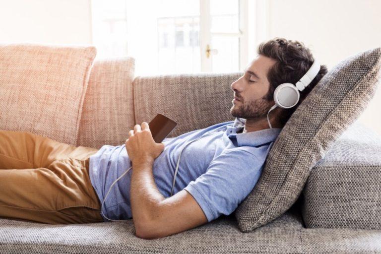 Ngủ thiếp đi trong khi nghe nhạc, tỉnh dậy chàng trai phát hiện mình bị điếc - 1