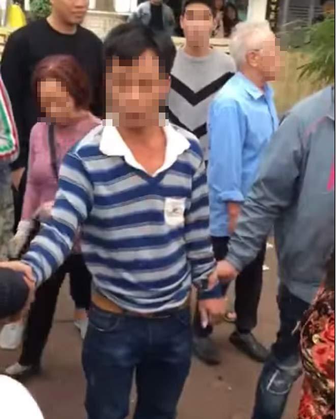 Nghi bắt cóc trẻ em ở Hà Nội, người đàn ông bị dân vây đánh - 1