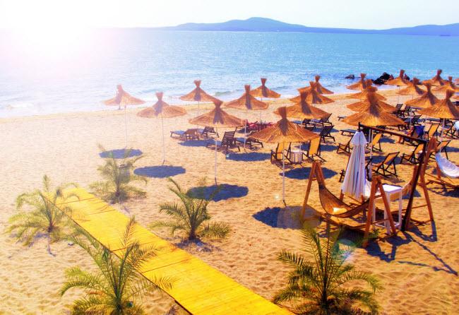 Sunny Beach, Bulgaria (45,01 USD): Báo cáo Holiday Money sử dụng dữ liệu từ cơ quan du lịch của các quốc gia, vùng lãnh thổ và công ty du lịch chuyên nghiệp khắp thế giới. Chí phí của một địa điểm được tính toán dựa trên giá của bữa ăn dành cho 2 người, cà phê, bia, rượu vang, nước lọc,...