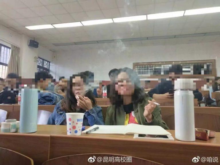 Lớp học gây tranh cãi vì cho phép sinh viên hút thuốc lá trong giờ - 1