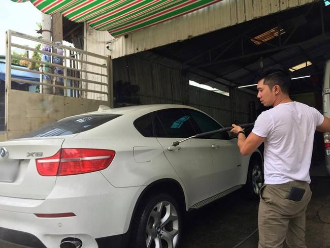 Lương Bằng Quang từng tậu cho mình một chiếc xe hơi hạng sang màu trắng để tiện di chuyển. Tuy nhiên, anh ít khi khoe xe cộ trên trang cá nhân.