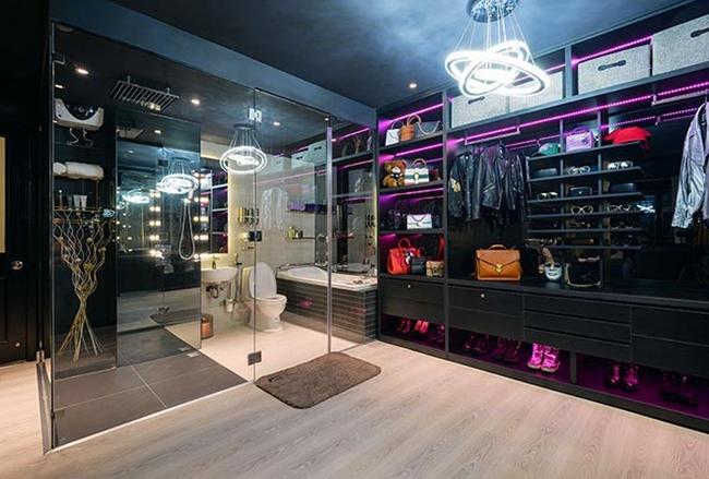 Tủ đồ hàng hiệu, phòng tắm có thiết kế sang trọng, tinh tế của nam nhạc sĩ.