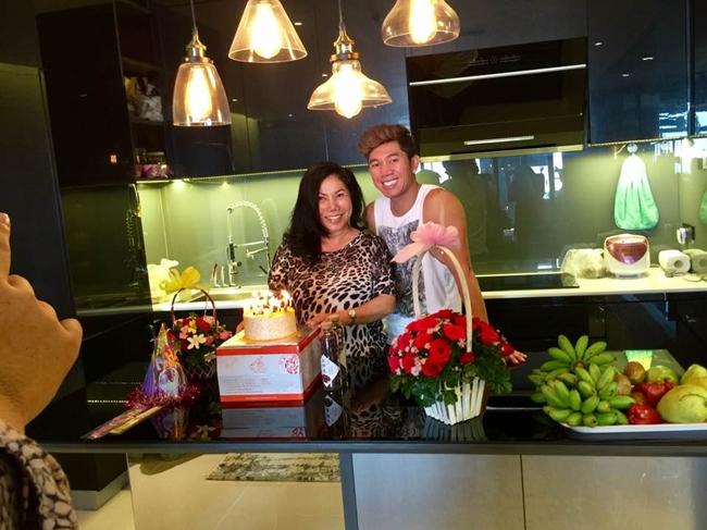 Nhạc sĩ 8X tổ chức sinh nhật cho mẹ ruột ngay trong căn hộ cao cấp. Qua đó có thể thấy, phòng bếp của tình cũ Yaya Trương Nhi rất rộng rãi, thiết kế tinh tế, sang trọng.