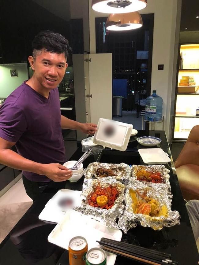 Thỉnh thoảng, anh lại order (đặt hàng) đồ ăn về thưởng thức tại nhà riêng nếu công việc quá bận rộn.