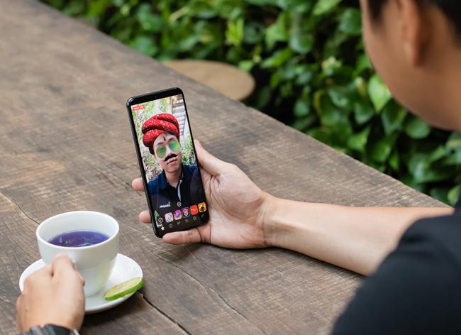 Trong khi đó, camera trước 25MP, khẩu độ f/2.0 cũng dư sức cho ra những bức ảnh selfie đẹp huyền ảo.