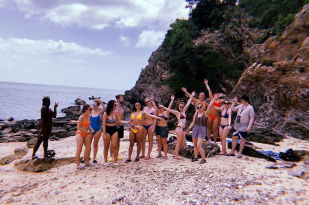 Nhóm thanh niên Anh mắc kẹt trên hòn đảo bị rắn xâm chiếm ở Thái Lan - 1