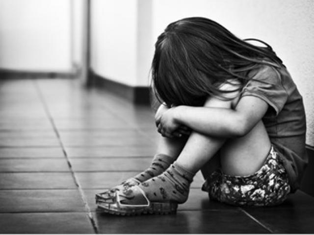 """Mẹ đau đớn thấy con gái 14 tuổi bị """"yêu râu xanh"""" xâm hại trong nhà"""