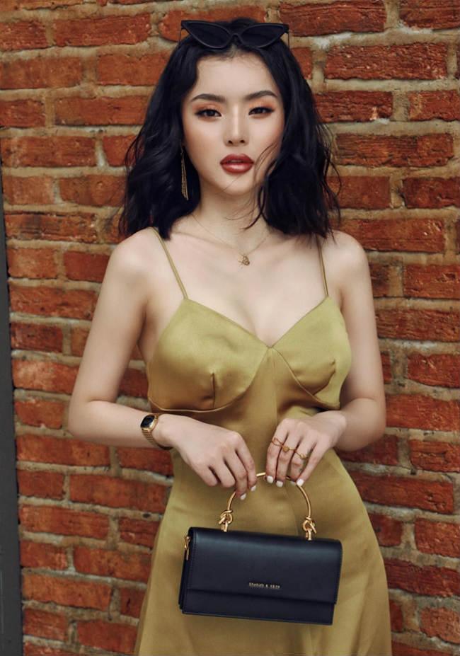 Phương Trang có gu thời trang khá chất và thường xuyên thể hiện điều đó qua những bức ảnh tự chụp cũng như bộ ảnh công phu được đăng tải trên trang cá nhân