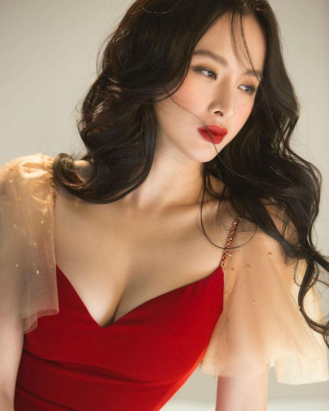 Tuy nhiên thay vì phong cách quyến rũ hay hở da thịt thường thấy, Angela Phương Trinh gần đây thường xuyên xuất hiện với vẻ ngoài kín đáo.
