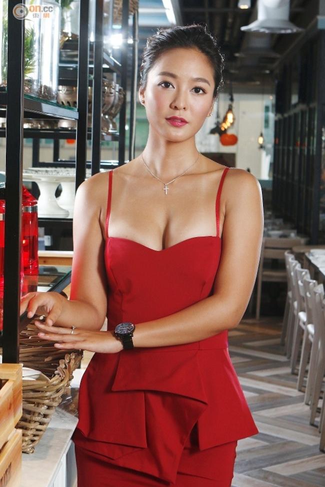 Thời gian gần đây, scandal Seungri liên quan tới ồn ào môi giới gái mại dâm, quay lén và phát tán video nhạy cảm của các cô gái tới quán bar gây bức xúc dư luận. Không riêng gì trong showbiz Hàn, làng giải trí Hong Kong, Hoa ngữ cũng phức tạp không kém. Theo Sina, các cuộc thi Hoa hậu ở Hong Kong vốn trở thành sân sau tuyển mộ chân dài cho các đại gia. Lữ Tinh Tinh (Belinda Yan) - Á hậu cuộc thi Hoa hậu châu Á 2008 khẳng định bản thân từng được mời đi tiếp rượu đại gia với giá cả rõ ràng.