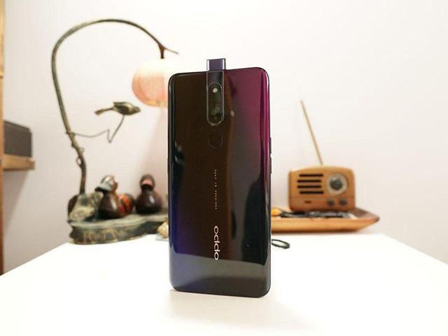 Lộ diện OnePlus 7 với 3 tùy chọn màu sắc, camera biết ẩn mình