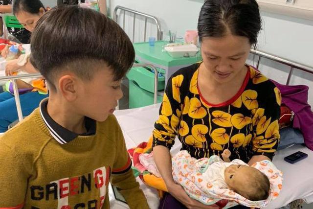 Bé trai 13 tuổi dùng chân làm phanh xe đạp từ Sơn La xuống Hà Nội thăm em bệnh trọng - 1