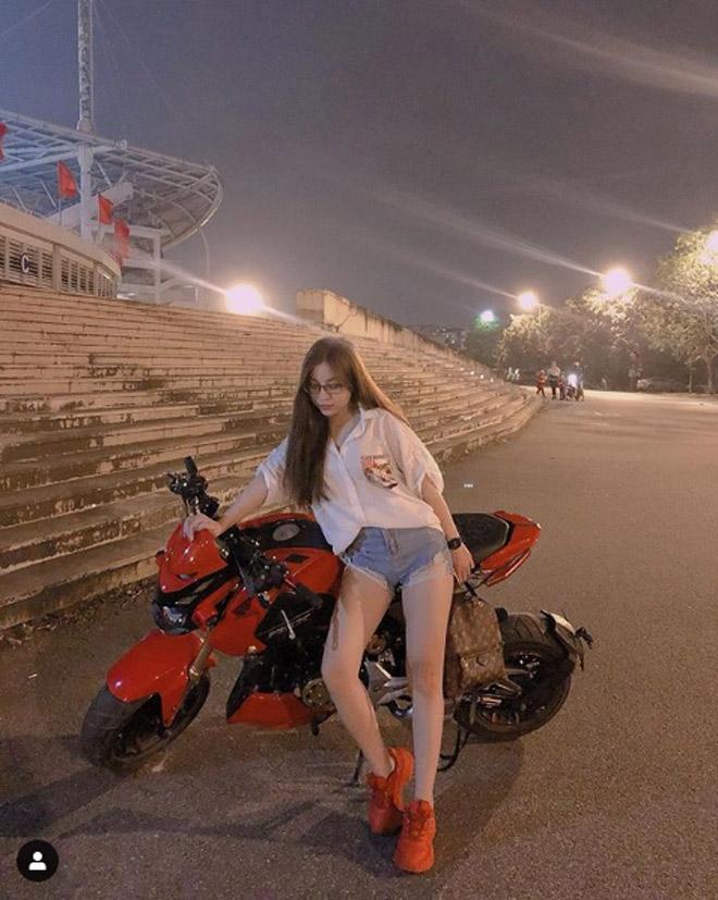 """Nhật Lê sexy với quần """"5cm"""" bên ngoài sân Mỹ Đình, fan liền gọi tên Quang Hải - 1"""